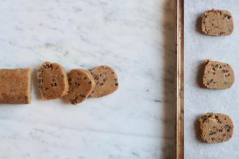 Un altro modo per surgelare l'impasto è quello di realizzare un salame del diametro di circa 5 centimetri.