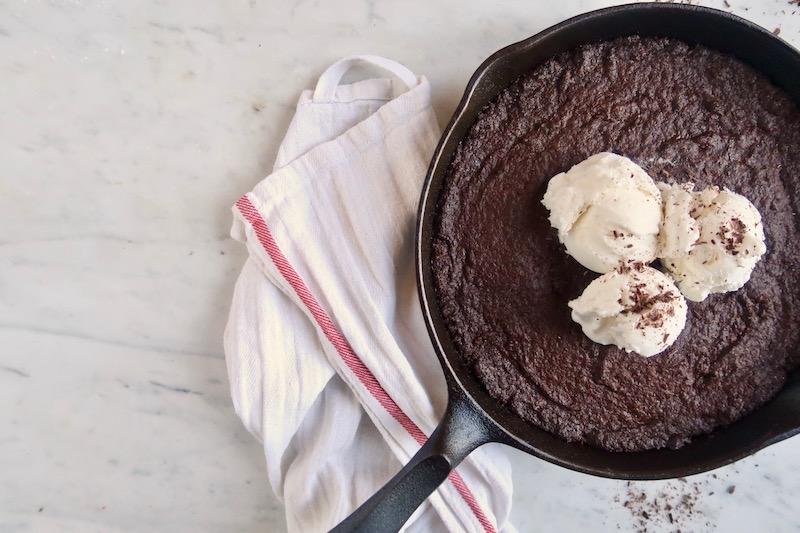 Il Skillet Brownie è perfetto da gustare in compagnia, e la cosa migliore sarebbe di assaporare appena sfornato, servito con una pallina di gelato alla vaniglia.