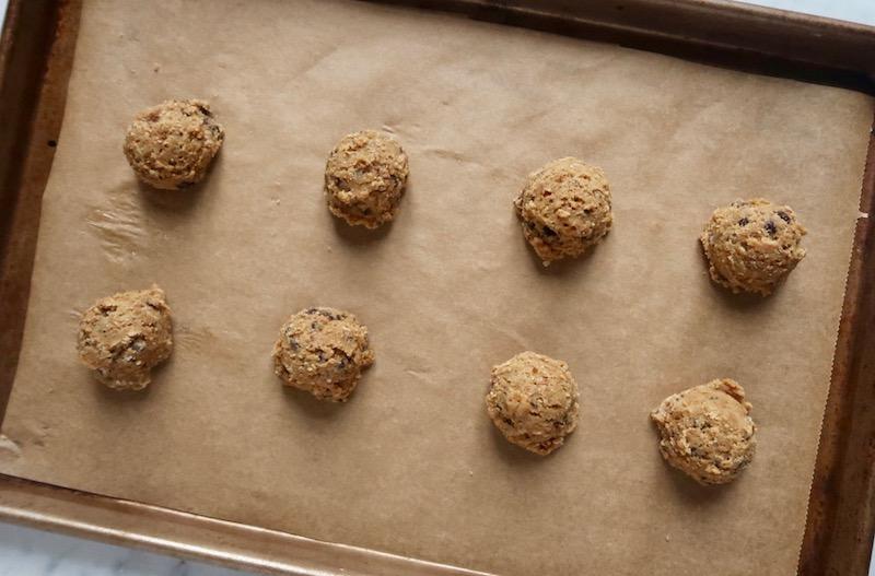Il primo segreto che vi sveliamo è di preparare l'impasto per Chocolate Chips Cookies seguendo le istruzioni riportate sulla confezione, cuocerei biscotti che vi servono e congelare quello che avanza realizzando delle palline