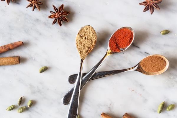 Con questo brutto tempo, i nostri brownie speziati sono l'ideale, insieme a una bella tazza di tè caldo.