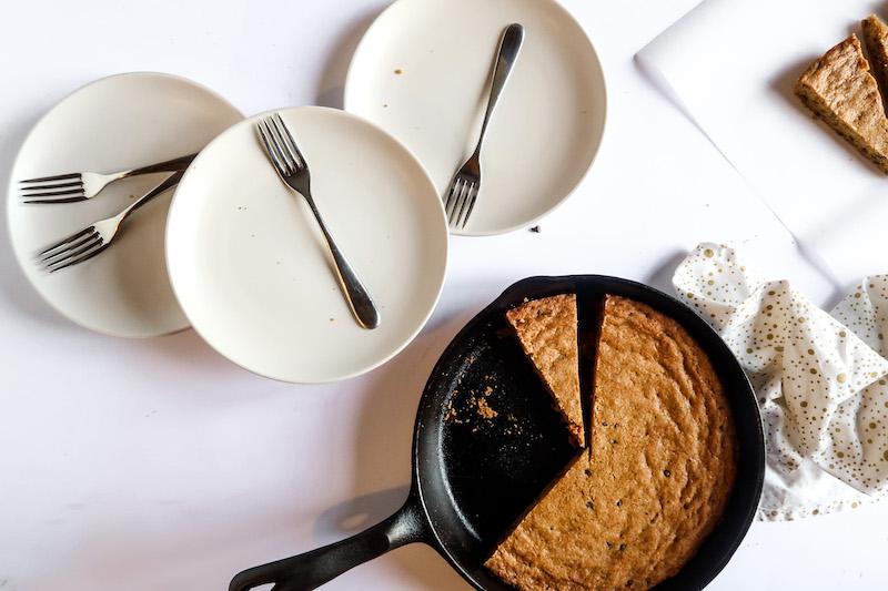 I classici Chocolate Chip Cookies diventano una torta dorata e croccante fuori, dal cuore morbido e avvolgente. Uno spuntino perfetto!
